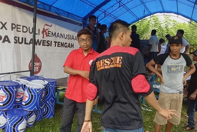 Relawan Mowilex menyalurkan bantuan