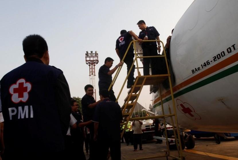 Relawan Palang Merah Indonesia (PMI) berangkat dalam misi kemanusian bagi etnis muslim Rohingnya melalui Bandara Halim Perdanakusuma, Jakarta, Sabtu (25/8). Palang Merah Indonesia (PMI) mengirimkan 7,5 ton bantuan kemanusiaan berupa 500 paket hygiene kit,