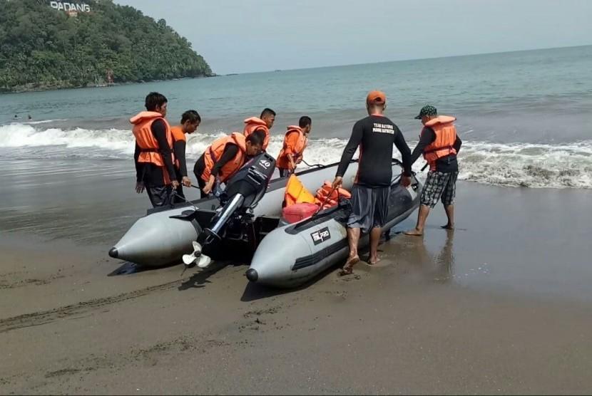 Relawan penjaga pantai 'Padang Baywatch' bersiaga mengawasi pengunjung yang memadati kawasan Pantai Padang selama libur Lebaran.
