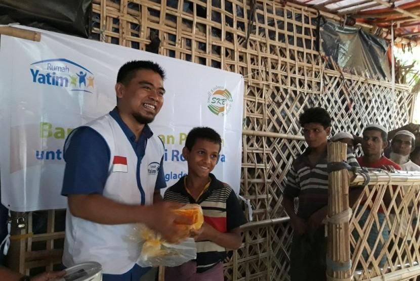 Relawan Rumah Yatim Sinu Tontori tengah menyalurkan bantuan kepada anak yatim Rohingya di Bangladesh, belum lama ini.