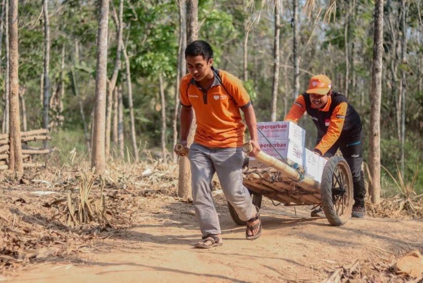 Relawan Rumah Zakat Bandung melakukan ekspedisi siaga pangan di Kampung Cilele, Desa Wanajaya Kabupaten Karawang Provinsi Jawa Barat.