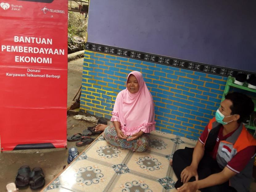 Relawan Rumah Zakat melakukan monitoring usaha emping di rumah Nasiah di desa berdaya Sampir, Kecamatan Waringinkurung, Kabupaten Serang. Nasiah adalah salah seorang ibu yang memiliki 5 orang anak yang berpofesi sebagai pedagang emping