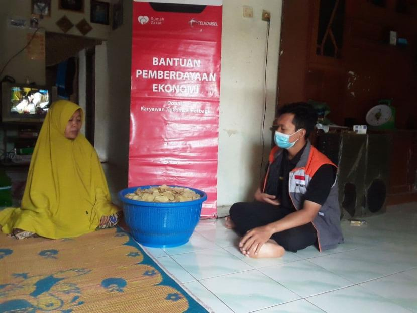 Relawan Rumah Zakat melakukan monitoring usaha kepada Maslinah di Desa Berdaya Ampir,Kabupaten Serang. Maslinah adalah seorang ibu yang memiliki 6 orang anak dan usaha empingnya itu adalah sumber untuk menghidupi anak-anaknya, yang masih ada di bangku SMP, SMA dan di pesantren.