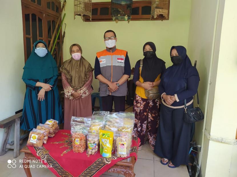 Relawan Rumah Zakat melakukan silaturahim dan diskusi ke rumah tokoh pendidikan sekaligus pembimbing UKM Desa Klepu, Hanifah yang berlokasi di Perum Taman Bukit Klepu, Dusun Krajan Desa Klepu Ahad (20/6).