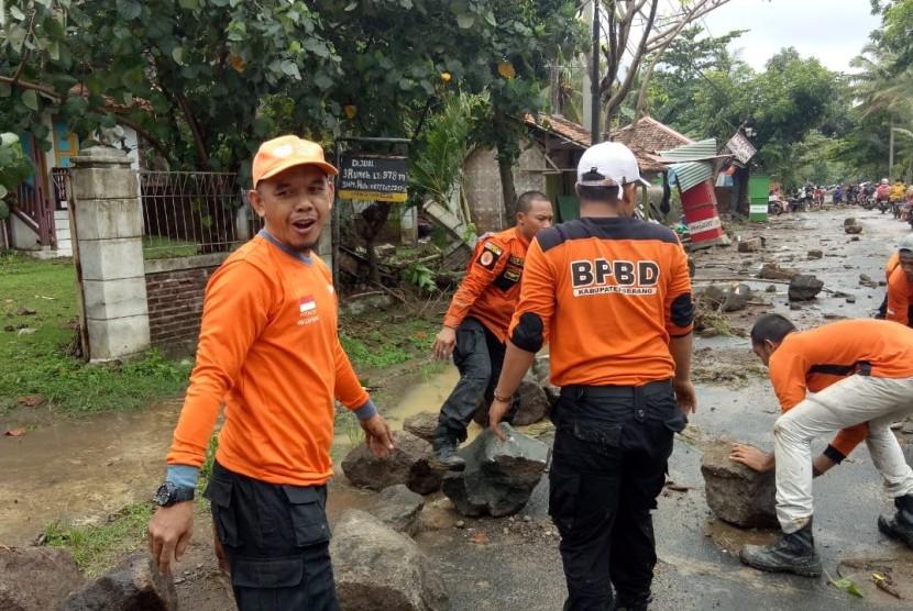 Relawan Rumah Zakat membantu evakuasi korban tsunami di Pantai Carita, Banten.