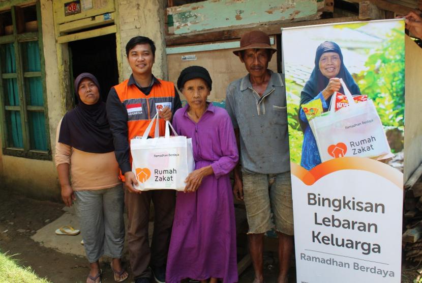 Relawan Rumah Zakat mendisribusikan Paket Ramadhan Berdaya Bingkisan Lebaran Keluarga (BLK).