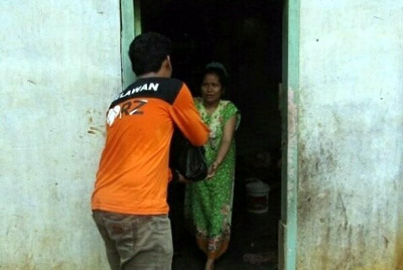 Relawan Rumah Zakat menyalurkan bantuan kepada korban banjir di Kabupaten Limapuluh Kota, Provinsi Sumatra Barat.