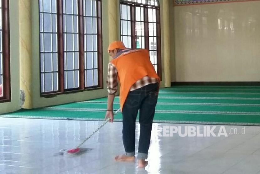 Relawan Rumah Zakat sedang membersihkan sejumlah masjid di Yogyakarta, Senin (2/4).