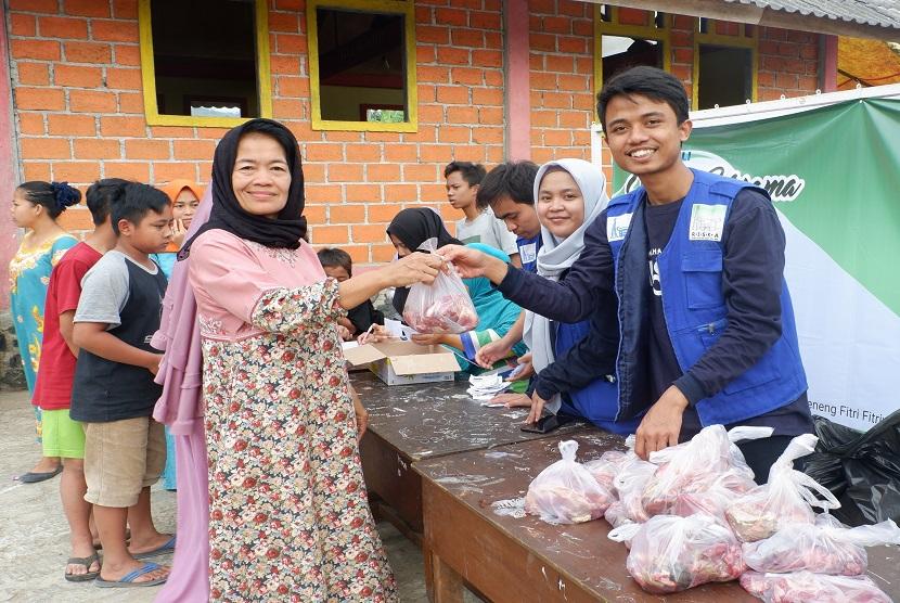 Remaja Islam Sunda Kelapa (RISKA) melalui Divisi RISKA Peduli menyalurkan bantuan paket daging kurban ukuran 1 Kg untuk 550 warga dhuafa di tiga Rukun Tetangga di Kampung Cibedug.