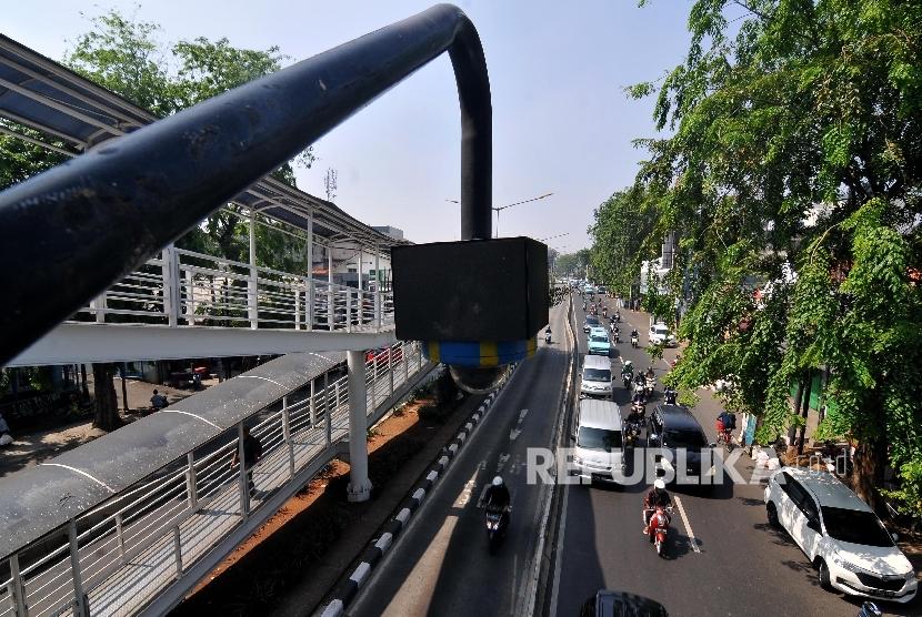 RENCANA TILANG CCTV. Closed Circuit Television (CCTV) terpasang di Jembatan Penyeberangan Orang (JPO) di Jalan Otista Raya, Jatinegara, Jakarta Timur, Jumat (22/9).