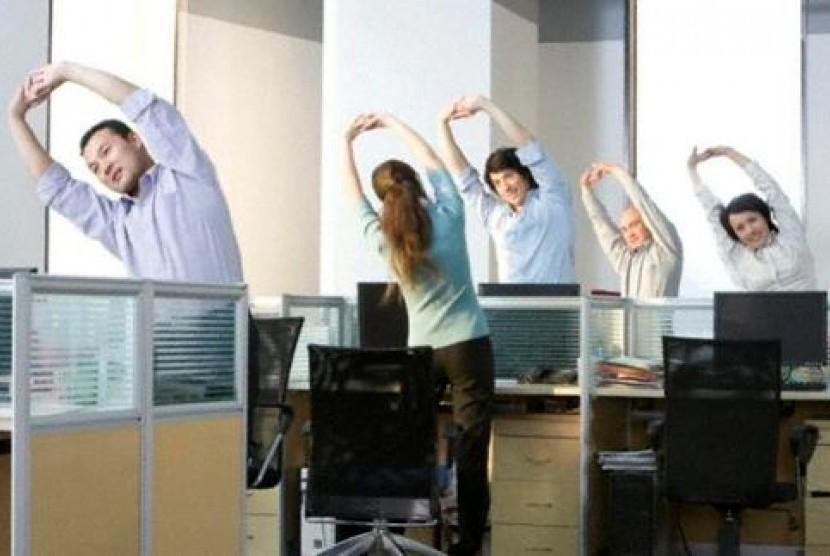 Renggangkan tubuh dengan mempraktikkan beberapa posisi yoga di kantor.