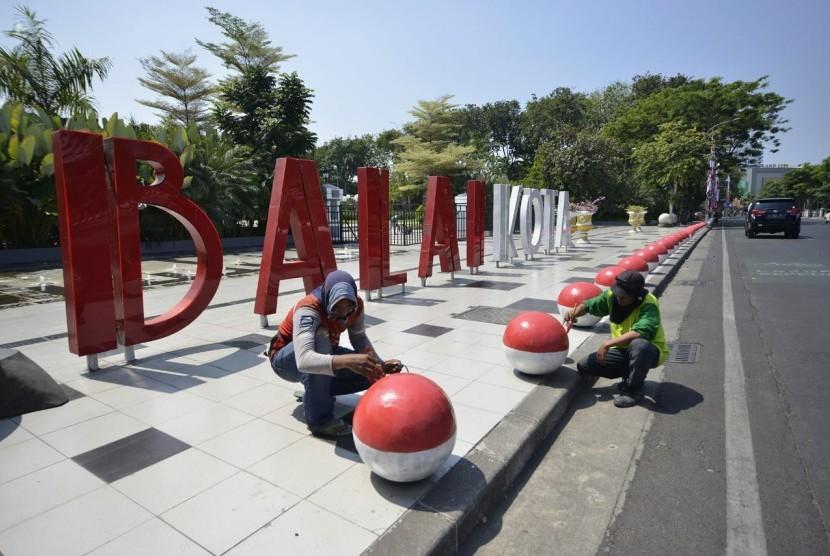Replika bola dunia yang berwarna merah putih yang ada di sepanjang jalan depan Balai Kota Surabaya.