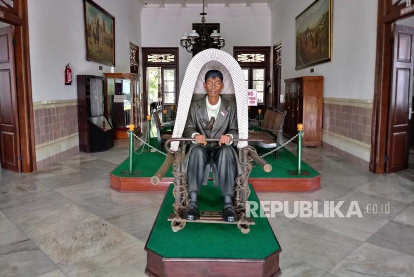 Replika tandu Panglima Besar Jenderal Soedirman beserta patungnya  di Museum Sasmitaloka Panglima Besar Jenderal Soedirman, Yogyakarta.