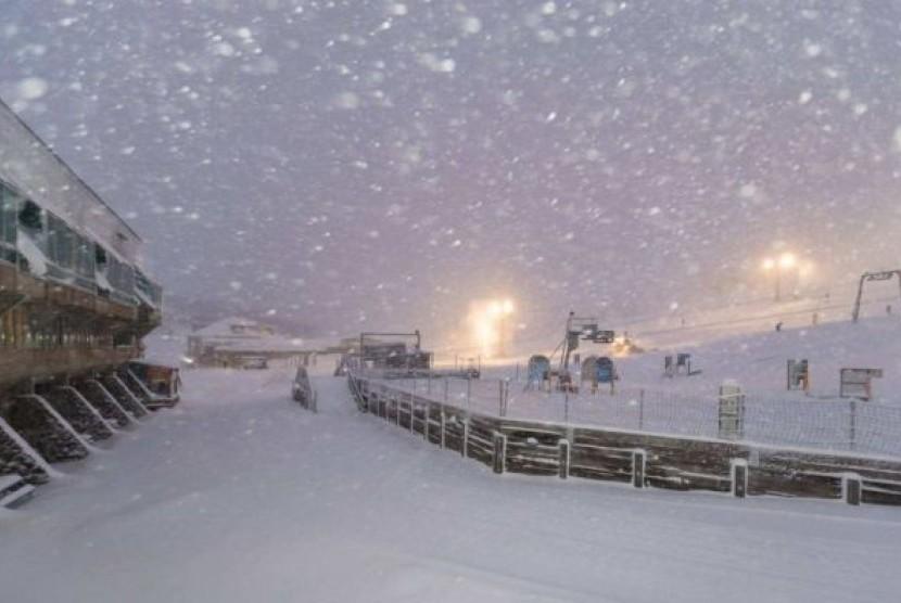 Resor Perisher di Jindabyne, New South Wales, melaporkan salju setebal 35 cm yang jatuh semalam.