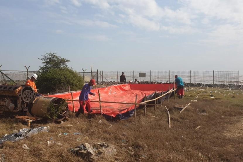 Response Tim PHE ONWJ bersama puluhan warga Desa Sedari, Karawang, Jawa Barat melakukan kegiatan bersih-bersih Pantai Sedari.