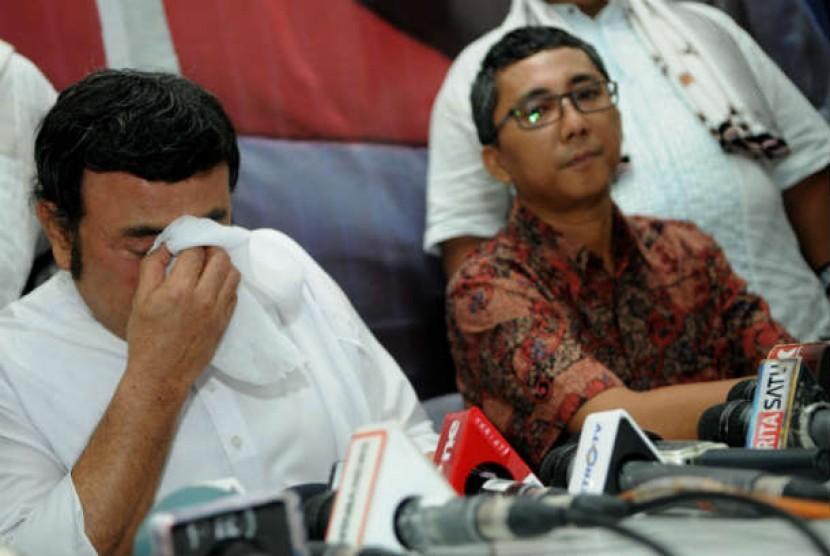 Rhoma Irama (kiri) didampingi Ketua Panwaslu DKI Jakarta Ramdansyah (kanan) ketika memberi keterangan kepada pers usai pemangglannya oleh Panwaslu DKI Jakarta, Jakarta Pusat, Senin (6/8).