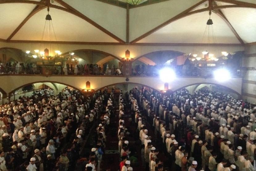 Ribuah jamaah penuhi Masjid Pusdai, Bandung, Senin (12/12).