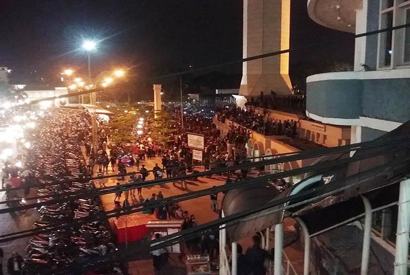 Ribuan bobotoh terlihat memadati kawasan Asia Afrika pada malam final Piala Presiden, Ahad (18/10).  (foto : C01)