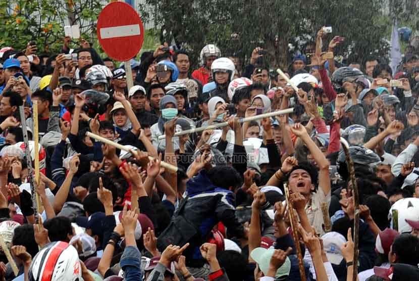 Ribuan buruh melakukan aksi mogok kerja di kawasan industri EJIP Cikarang, Jawa Barat, Jumat (1/11).  (Republika/ Tahta Aidilla)