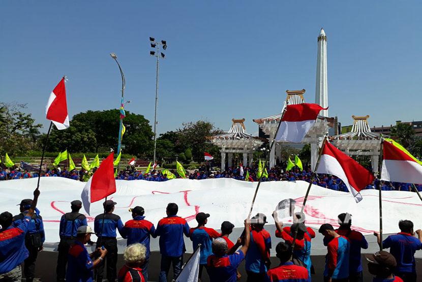 Ribuan buruh menggelar aksi dalam rangka memperingati Hari Buruh Dunia (Mayday) 2018 di depan Kantor Gubernur Jawa Timur, Jalan Pahlawan Nomor 110, Bubutan, Surabaya, Selasa (1/5).