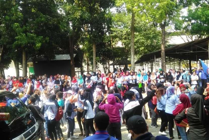 Ribuan buruh PT Il Jin Sun, menggelar aksi unjuk rasa, Senin (1/10). Mereka kecewa, perusahaan hanya membayar upah Rp 750 ribu.