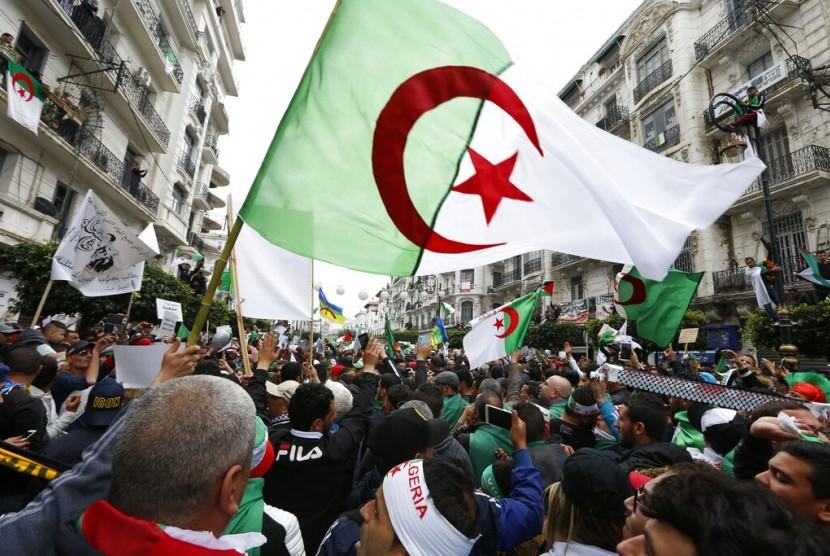 Ribuan demonstran Aljazair berkumpul di Aljir, Jumat (5/4). Rakyat Aljazair berhasil menumbangkan presiden Abdelaziz Bouteflika yang berkuasa selama 20 tahun.