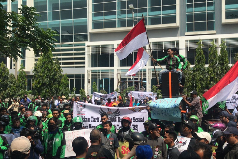 Ribuan driver ojek di Surabaya yang tergabung dalam Perhimpunan Driver Online Indonesia (PDOI) wilayah Jatim menggeruduk kanyor aplikasi Grab di Jalan Klampis Jaya 8H, Surabaya, Senin (2/4).