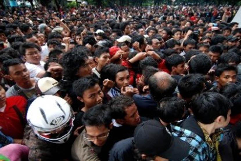 Ribuan fans rela berdesak-desakan untuk bisa menyaksikan timnas Indonesia beraksi di Piala AFF 2010.