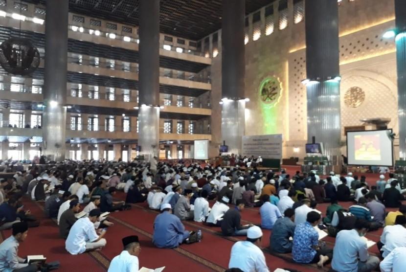 Ribuan hafiz mengulang hafalan Alquran untuk memperingati Isra Mi'raj, di Masjid Istiqlal, Jakarta, Rabu (3/4).
