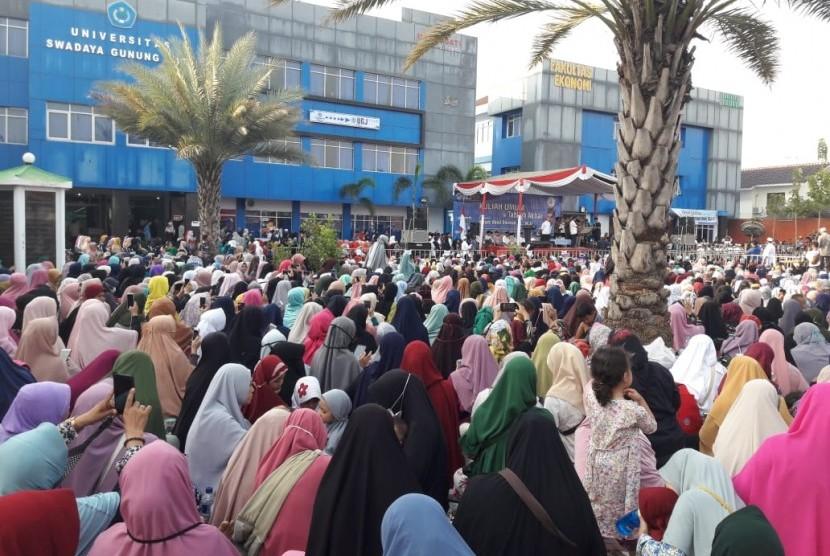 Ribuan jamaah hadiri kuliah umum dan tabligh akbar Ustaz Abdul Somad di Universitas Swadaya Gunung Jati Cirebon, Kamis (22/8).