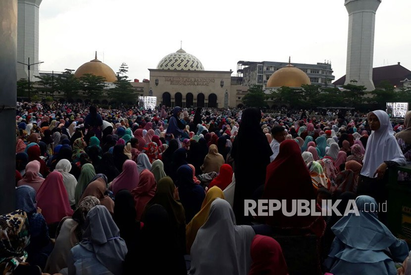 Ribuan jamaah hadiri Tabligh Akbar, Ustaz Abdul Somad, yang mengawali safari dakwahnya di Masjid Raya Bandung Provinsi Jawa Barat, Jumat (30/3).