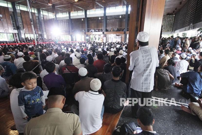 Ribuan jamaah memadati Masjid Salman ITB, Kota Bandung saat Ustaz Abdul Somad hadir untuk memberikan ceramah. (ilustrasi).