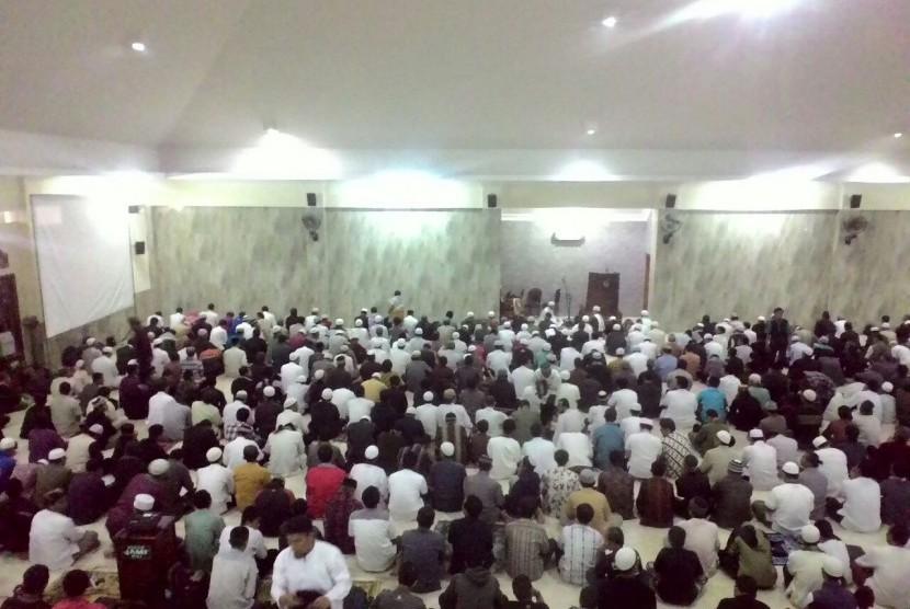 Ribuan jamaah mengikuti shalat Subuh berjamaah di Masjid MUI Semanggi, Solo.