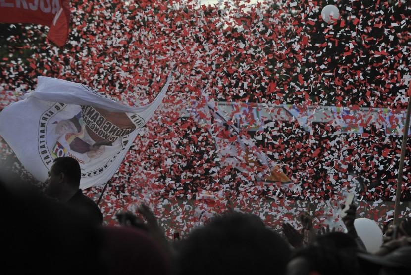 Ribuan kader dan simpatisan sejumlah parpol pengusung pasangan Capres-Cawapres nomor urut 01 Jokowi-Maruf Amin menghadiri Kampanye Terbuka di Stadion Maulana Yusuf, Ciceri, Serang, Banten, Ahad (24/3/2019).