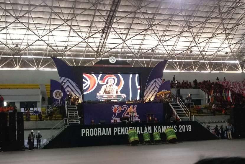 Ribuan mahasiswa baru mengikuti Program Pengenalan Kampus (P2K) di GOR Amongraga Universitas Ahmad Dahlan (UAD), Yogyakarta.