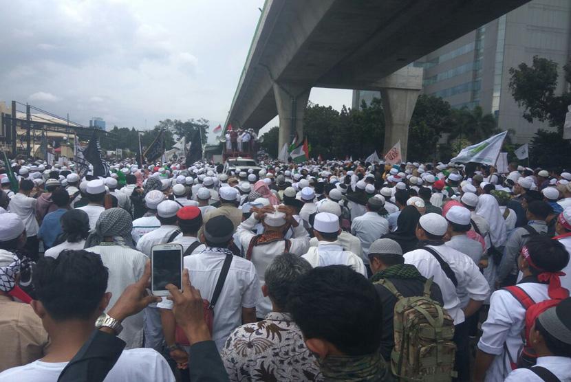 Ribuan massa FPI berunjuk rasa di depan Mabes Polri, Jakarta, Senin (16/1). Massa membubarkan diri dengan tertib sekitar pukul 13.00 WIB.