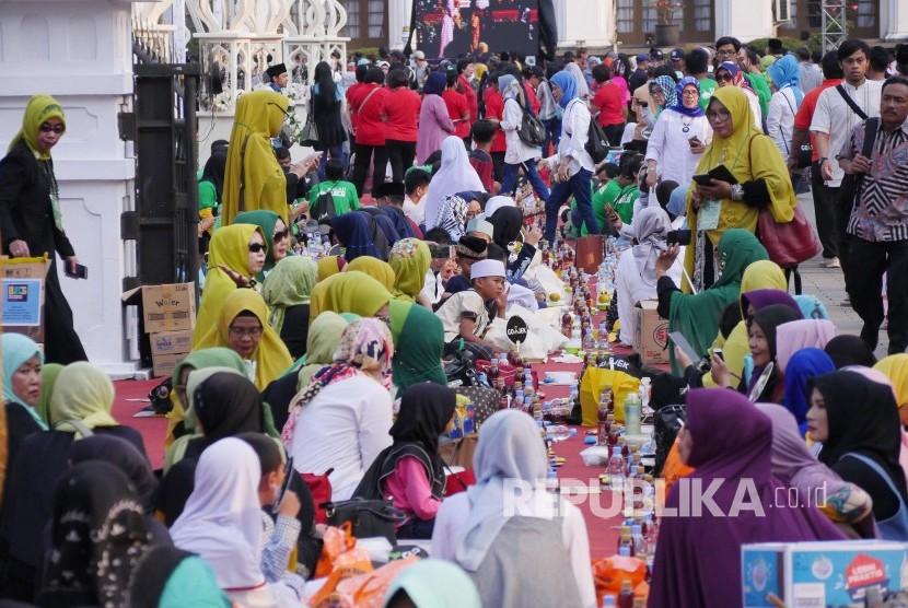 Ribuan masyarakat dari berbagai kalangan menunggu saatnya berbuka puasa pada acara Buka Bersama On The Street (Bubos) yang digelar Pemerintah Provinsi Jawa Barat, di area Gedung Sate, Jl Dipenogoro, Kota Bandung, Sabtu (25/5).