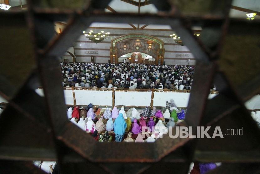 Ribuan masyarakat melaksanakan shalat tarawih pertama di Masjid Pusdai, Kota Bandung, Rabu (16/5).