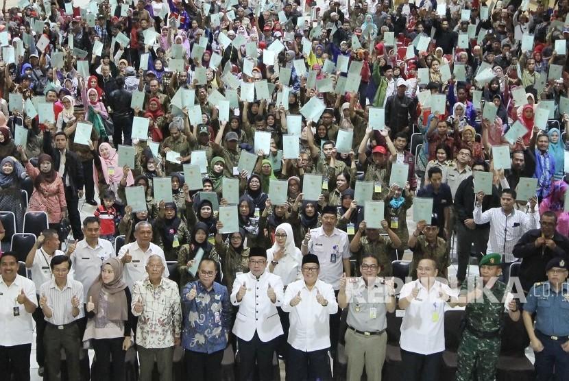 Ribuan masyarakat mengangkat sertifikat tanah yang sudah diterimanya (ilustrasi)