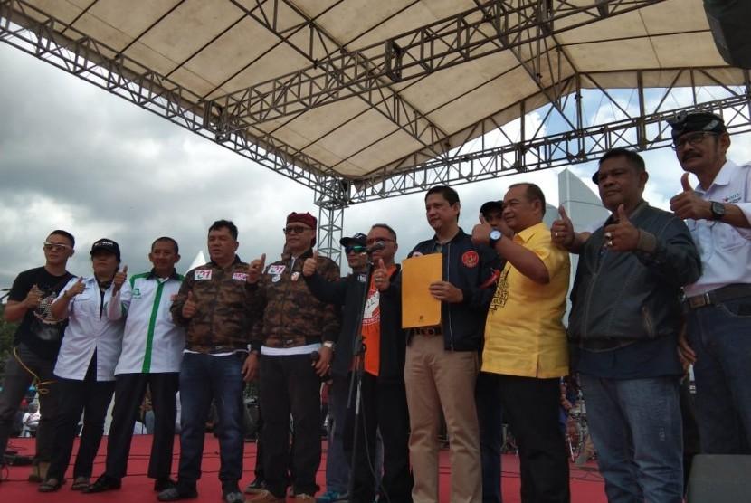 Ribuan masyarakat yang tergabung dalam Aliansi Relawan Jokowi (ARJ), memadati Monumen Perjuangan Rakyat Jawa Barat, Sabtu (23/3). Mereka, sepakat bersama-sama memenangkan paslon petahana pada tanggal 17 April nanti.