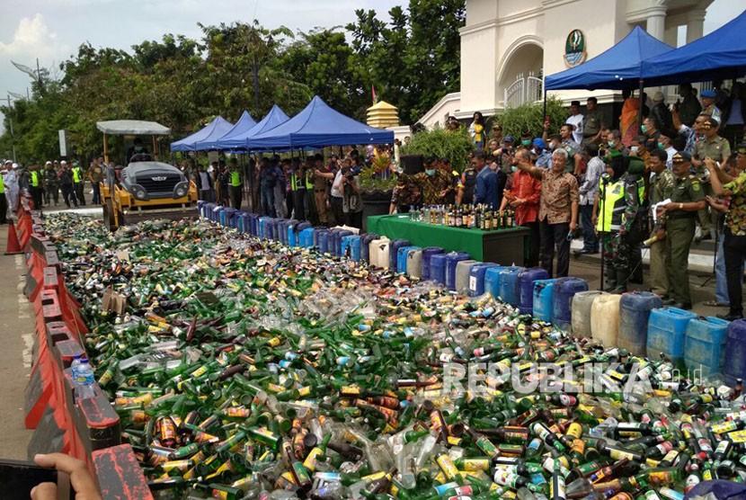 Ribuan miras dan jerigen tuak di Kabupaten Bandung dimusnahkan, Kamis (12/4).
