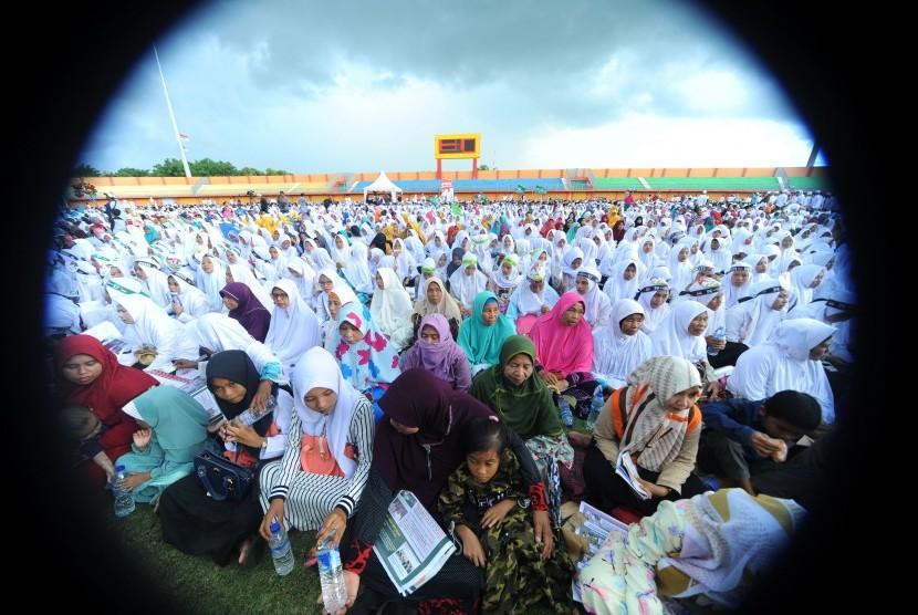 Ribuan Muslimat NU mengikuti Istigasah Kubro yang dihadiri Cawapres nomor urut 01 K.H. Ma'ruf Amin di Stadion Gelora Ratu Pamelingan, Pamekasan, Jawa Timur, Selasa (19/3/2019).