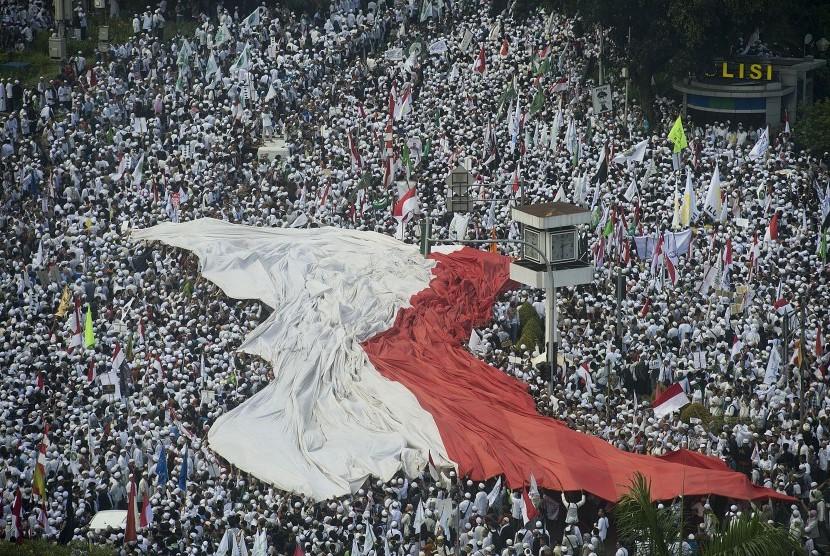 Ribuan orang memadati kawasan Bundaran Air Mancur Bank Indonesia sebelum menuju ke depan Istana Merdeka di Jakarta, Jumat (4/11).