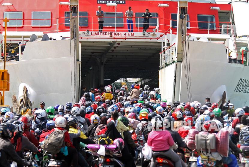 Ribuan pemudik sepeda motor mengantre memasuki kapal Roll on-Roll (Ro-Ro) di dermaga 7 pelabuhan penyeberangan Bakauheni, Lampung Selatan, Lampung, Rabu (20/6).