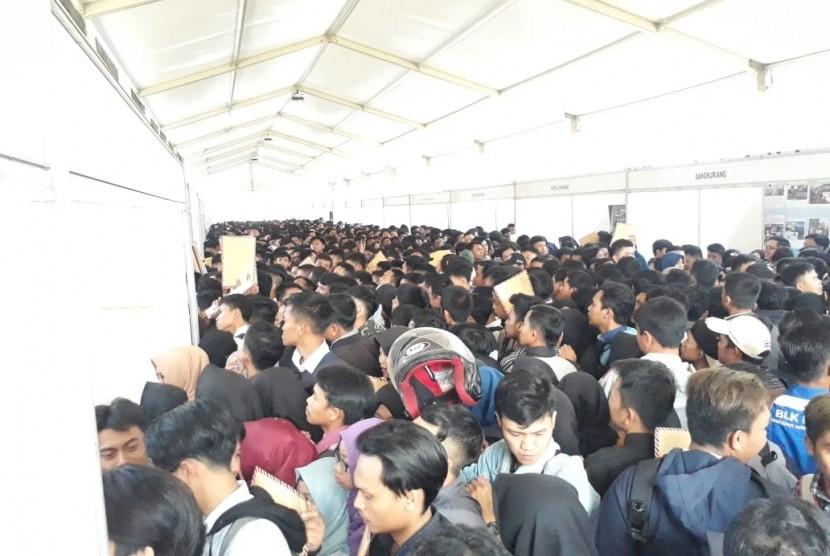 Ribuan pencari kerja berdesak-desakan mengajukan lamaran di bursa kerja yang digelar Pemkot Sukabumi di Lapangan Merdeka Kota Sukabumi Selasa (17/7)