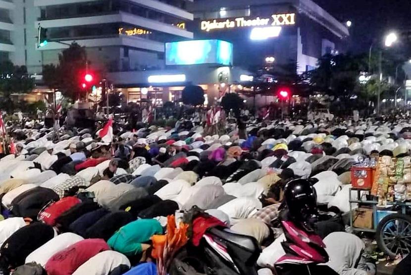 Ribuan pendemo menjalankan ibadah salat Isya dan tarawih di depan kantor Bawaslu RI, Jakarta Pusat, Selasa (21/5).