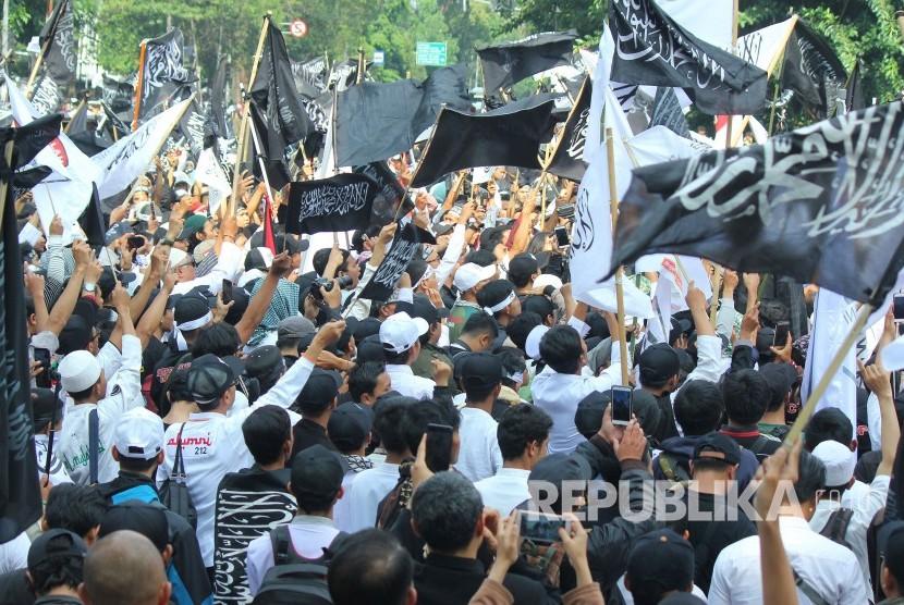Ribuan massa mengikuti Aksi Damai Bela Kalimah Tauhid, di depan Gedung Sate, Kota Bandung, Jumat (26/10).
