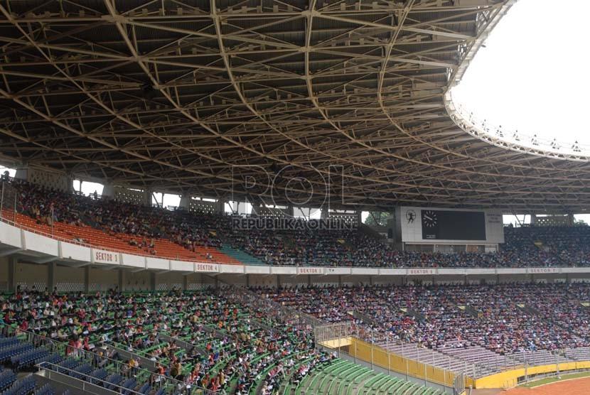 Ribuan peserta mengikuti ujian Calon Pegawai Negeri Sipil (CPNS) Kementerian Kesehatan di Stadion Gelora Bung Karno, Jakarta, Ahad (3/11).  (Republika/Rakhmawaty La'lang)