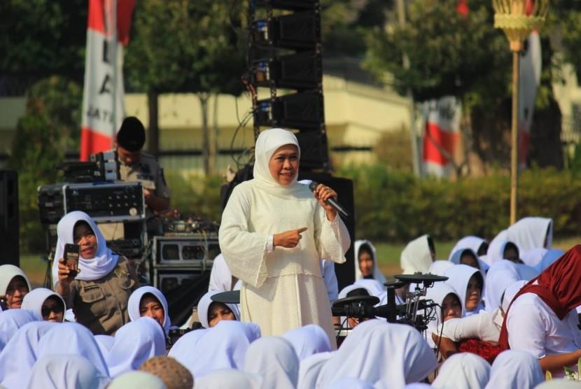 Ribuan Polisi Wanita (Polwan) mrngikuti kegiatan Istighosah Kubro di lapangan Mapolda Jatim, Surabaya, Ahad (1/9). Acara tersebyt juga dihadiri Gubernur Jatim Khofifah Indar Parawansa, dan Kapolda Jatim Irjen Pol. Luki Hermawan.