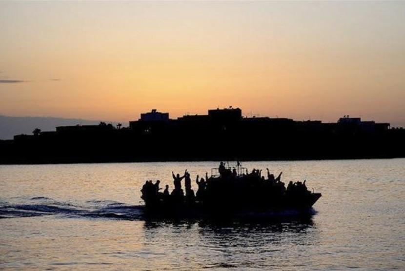 Ribuan Rohingya mengungsi dari Myanmar dan sering kali hanya menggunakan perahu seadanya yang reyot dan tak layak.